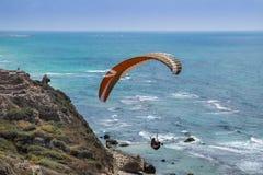 Parapente acima das ruínas do mar Mediterrâneo e do Apollonia-Arsuf Mim Fotografia de Stock Royalty Free