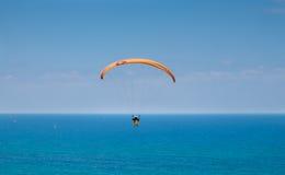 Parapente acima do mar Mediterrâneo Fotografia de Stock Royalty Free