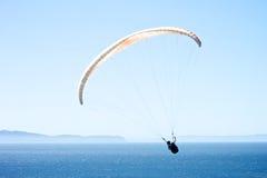 Parapente au-dessus de l'océan pacifique Images stock