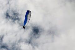 Parapente contra as nuvens brancas Imagens de Stock