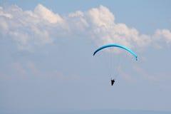 Parapente dans le ciel Photos stock