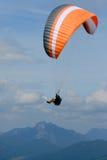 Parapente dans le ciel d'Alpes Photographie stock