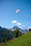 Parapente dans les Alpes suisses Photo stock