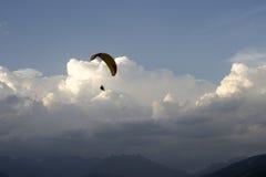 Parapente dans les nuages Images stock