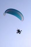 Parapente de vol dans le ciel Photographie stock