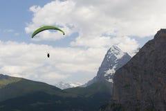 Parapente em Suíça fotografia de stock