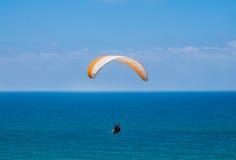 Parapente em tandem acima do mar Mediterrâneo Fotos de Stock
