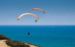 Parapente em tandem acima do mar Mediterrâneo Imagens de Stock Royalty Free