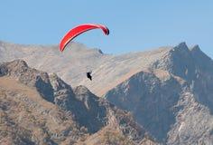 Parapente en montagnes Photographie stock libre de droits
