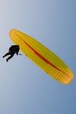 Parapente jaune photographie stock libre de droits