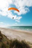 Parapente na praia abandonada Imagens de Stock