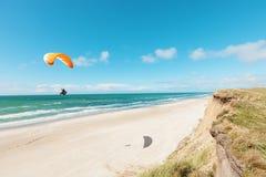 Parapente na praia abandonada Foto de Stock Royalty Free
