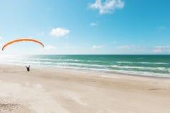 Parapente na praia abandonada Fotos de Stock Royalty Free