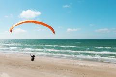 Parapente na praia abandonada Foto de Stock