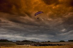 Parapente na tempestade Imagens de Stock Royalty Free