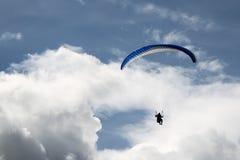 Parapente nos céus nebulosos azuis Foto de Stock Royalty Free