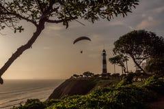 Parapente nos penhascos da cidade de Lima durante o por do sol foto de stock royalty free