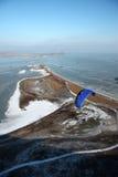 Parapente sobre o mar congelado Imagem de Stock Royalty Free