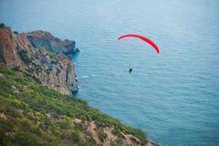 Parapente sobre o mar e as montanhas foto de stock royalty free