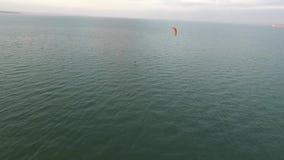 Parapentisme au-dessus de la côte et de la mer Parapentisme récréationnel clips vidéos