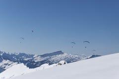 Parapentisme au-dessus des Alpes en hiver Image stock