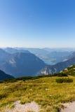 Parapentisme au-dessus des Alpes, montagne de Dachstein, Autriche Photographie stock libre de droits