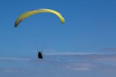 Parapentisme au-dessus des nuages Photos libres de droits