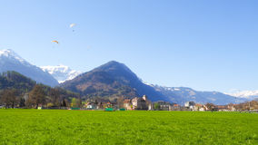 Parapentisme avec le parc d'Interlaken de fond de montagne de neige Photo stock
