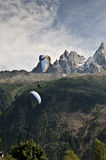 Parapentisme dans les alpes Photo stock