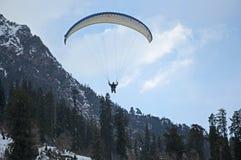 Parapentisme dans les chaînes de montagne de l'Himalaya Photos stock