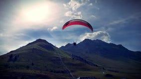 Parapentisme dans les montagnes des Pyrénées photo stock