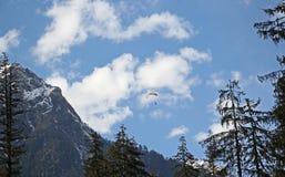 Parapentisme en Himalaya Photographie stock