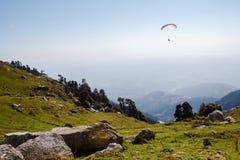 Parapentisme sous la vallée en montagnes de l'Himalaya Photographie stock