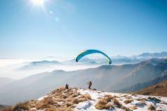 Parapentisme sur les montagnes Image libre de droits