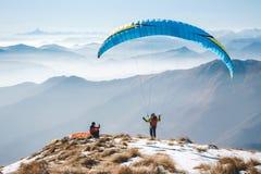 Parapentisme sur les montagnes Photographie stock libre de droits