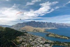 Parapentisme tandem au-dessus de lac Wakatipu à Queenstown, Nouvelle-Zélande photographie stock libre de droits
