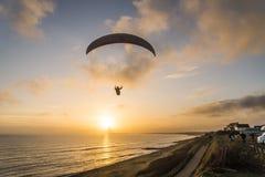 Parapentiste au coucher du soleil images libres de droits