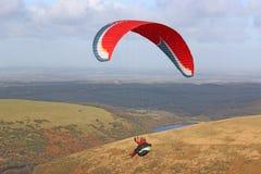Parapentiste au-dessus de Dartmoor Images stock