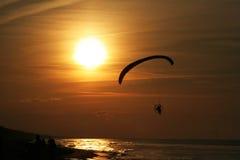 Parapentiste au-dessus de la mer au coucher du soleil Images libres de droits