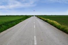 Parapentiste au-dessus de la plaine au printemps image libre de droits