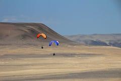 Parapentiste au-dessus des falaises de Paracas Pérou Image libre de droits