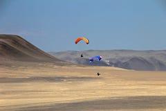 Parapentiste au-dessus des falaises de Paracas Pérou Photographie stock libre de droits