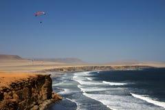 Parapentiste au-dessus des falaises de Paracas Pérou Images stock