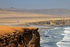 Parapentiste au-dessus des falaises de Paracas Pérou Photo stock