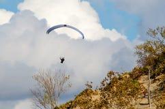 Parapentiste dans le ciel photographie stock