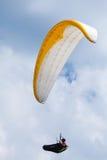Parapentiste dans le ciel bleu avec des nuages Images libres de droits