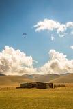 Parapentiste dans le ciel de l'Italie Photographie stock libre de droits