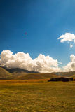 Parapentiste dans le ciel de l'Italie Photographie stock