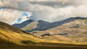 Parapentiste dans le ciel de l'Italie Photo libre de droits