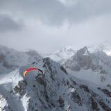 Parapentiste dans les montagnes Photographie stock libre de droits